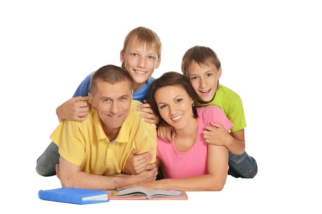 Famiglia su un pavimento con libri su sfondo bianco