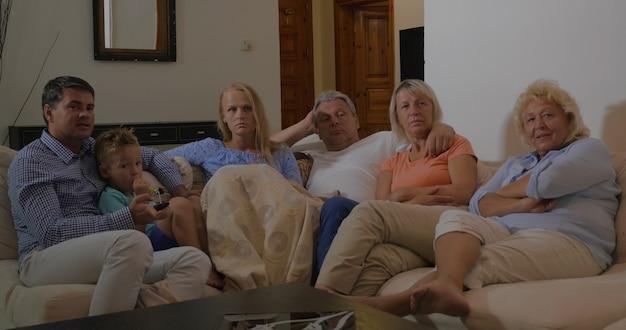 Famiglia davanti alla tv a casa