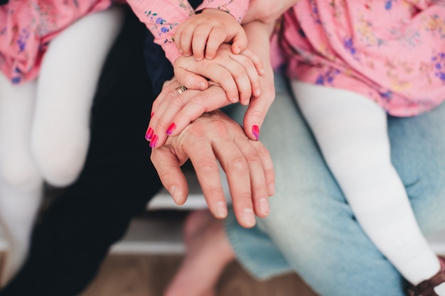 Mani di famiglia di quattro persone, madre, padre e 2 bambini. foto di alta qualità