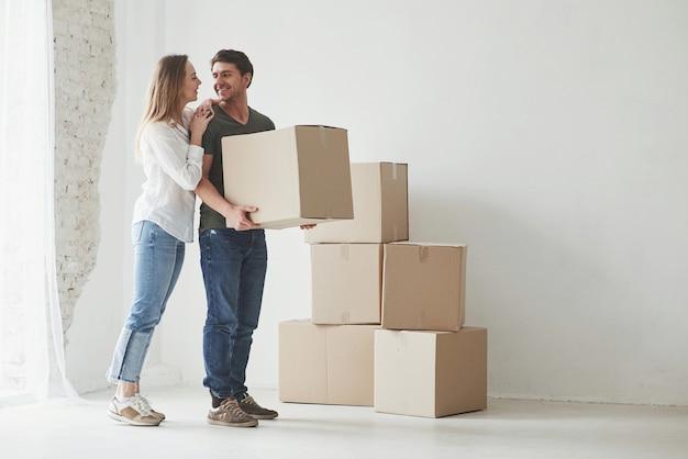 La famiglia ha la rimozione in una nuova casa. disimballaggio di scatole mobili.