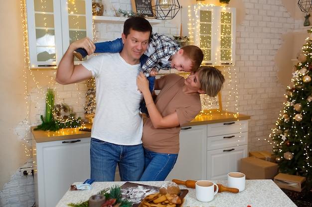 Famiglia divertendosi in cucina