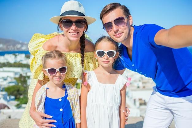Famiglia divertendosi all'aperto sull'isola di mykonos