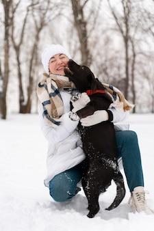 Famiglia che si diverte sulla neve