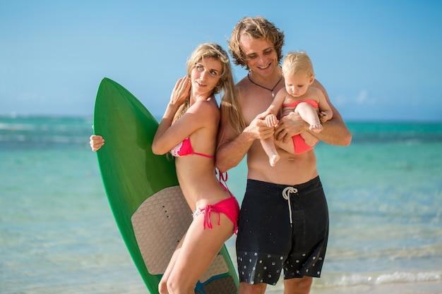 Famiglia divertendosi surf insieme, stile di vita estivo