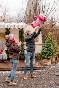 Famiglia che ha resto in campeggio invernale Foto Premium