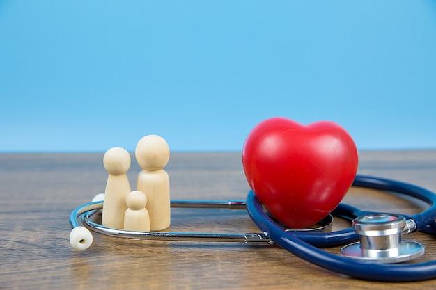 Famiglia e cuore con stetoscopio.