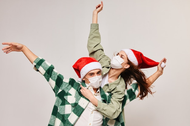Vacanza in famiglia natale e divertente maschera medica cappello di capodanno.
