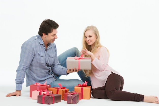 Vacanze in famiglia, il marito fa regali alla moglie