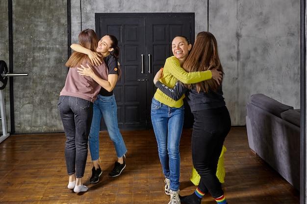 Abbracci familiari dopo essere arrivate dalle vacanze, le donne tornavano a casa e abbracciavano le loro figlie