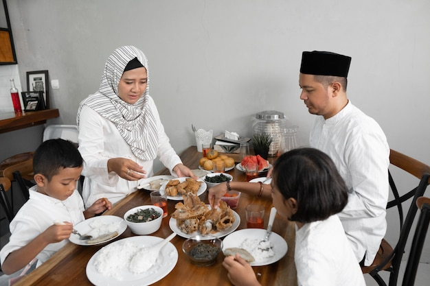 Famiglia a cena iftar in ramadan