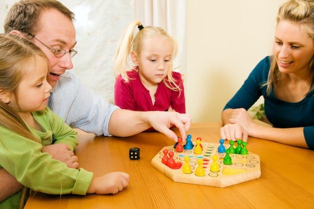 La famiglia sta giocando a ludo insieme
