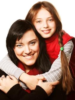 Famiglia isolata sul tempo bianco e felice
