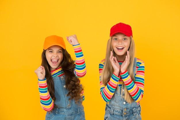 Aspetto familiare. bambini alla moda. giornata universale dei bambini. promuovere la consapevolezza della solidarietà internazionale tra i bambini di tutto il mondo e migliorare il benessere dei bambini. ragazze felici. bambini amichevoli e felici.