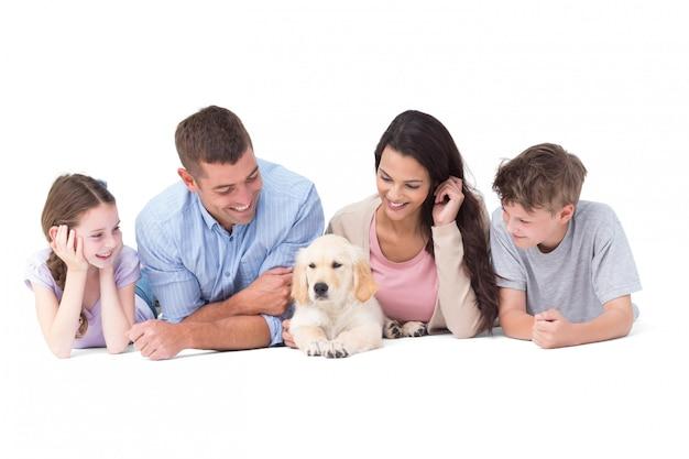 Famiglia che esamina cucciolo mentre trovandosi