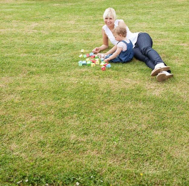 Famiglia sdraiata sull'erba