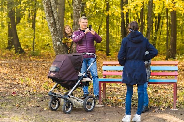 La famiglia fa foto nella natura autunnale