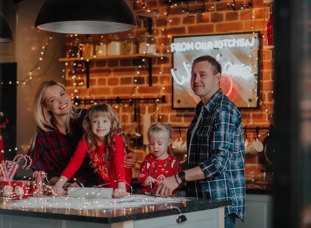 Famiglia che produce i biscotti di natale
