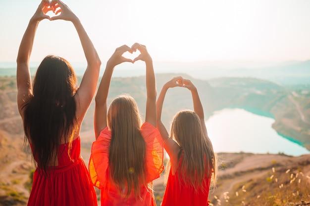 Famiglia di mamma e bambini in vacanza con un bellissimo paesaggio
