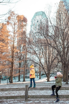 Famiglia di madre e figlio a central park durante le loro vacanze a new york city
