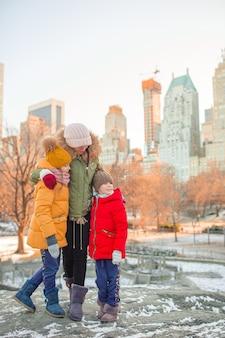 Famiglia di madre e figli a central park durante le loro vacanze a new york city