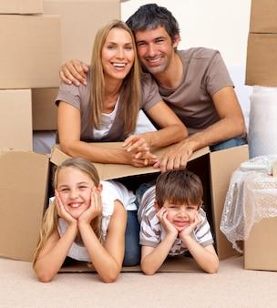 Famiglia nella nuova casa giocando con le scatole