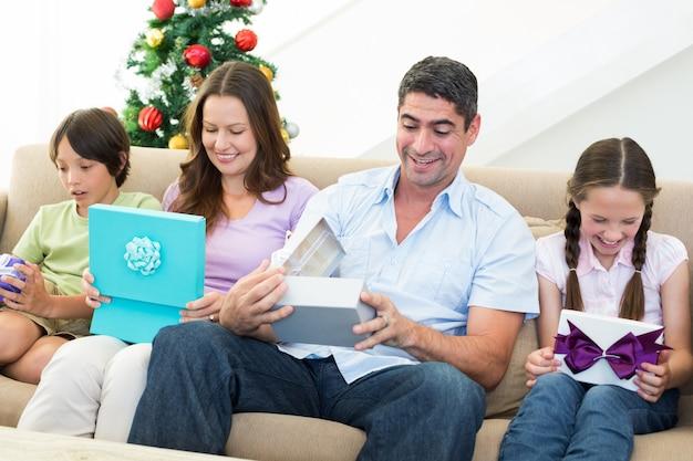 Famiglia che apre i regali di natale