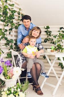 Famiglia, genitorialità, buon compleanno e concetto di vacanza - ritratto di genitori e bambini felici a un tavolo che bevono tè e mangiano torta.