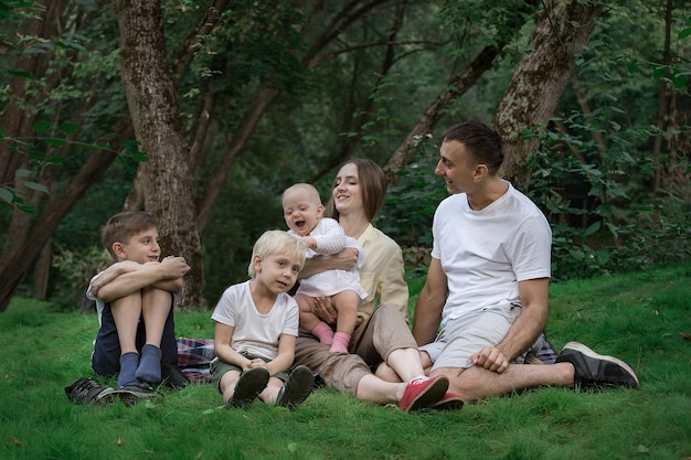 Picnic in famiglia a gaden park. fine settimana con la grande famiglia all'aperto.