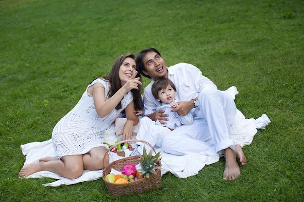Picnic in famiglia nel parco