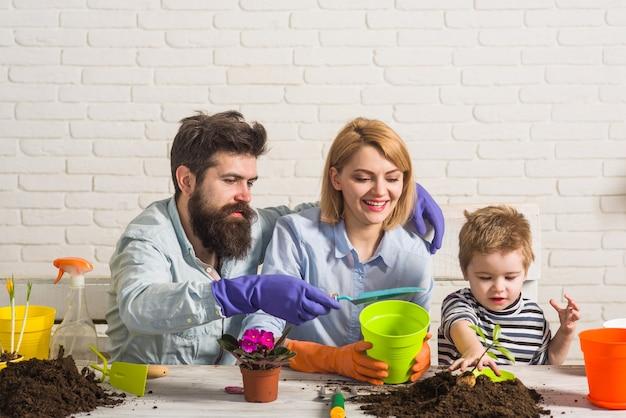 Famiglia piantare insieme piantare famiglia piantare fiori giardinaggio casa cibo ecologico