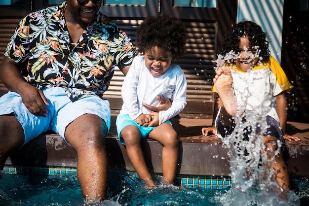 Famiglia che gioca in una piscina