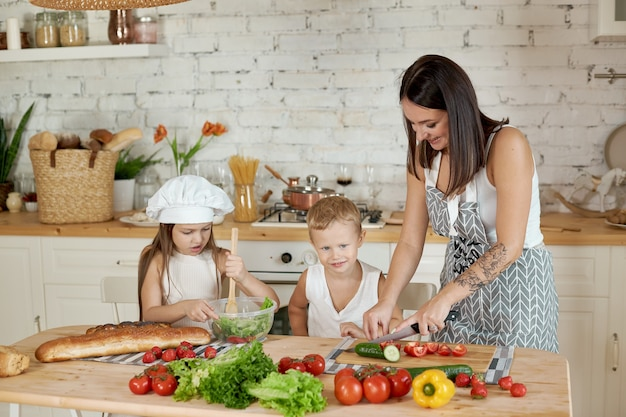 La famiglia prepara il pranzo in cucina