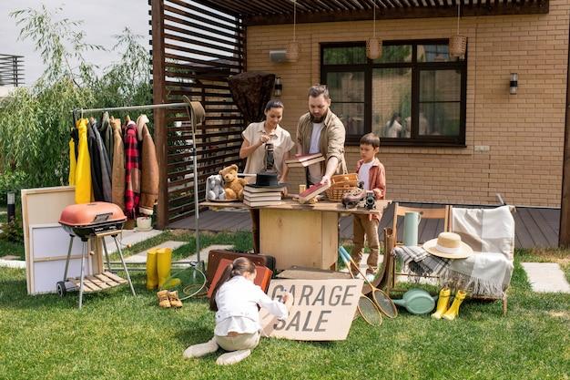 Famiglia che prepara per la vendita di garage