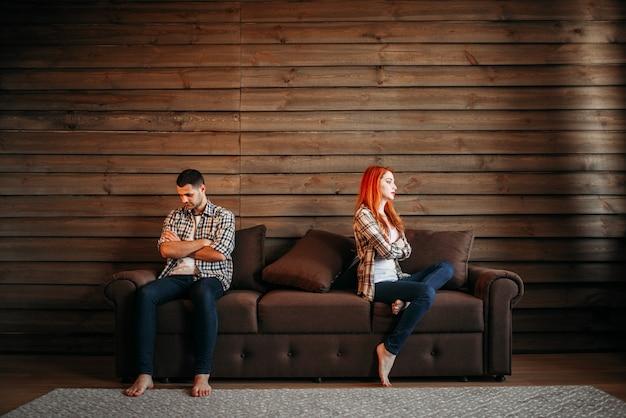 Litigio familiare, coppia non parla, conflitto. relazione problematica, stress. uomo e donna infelici