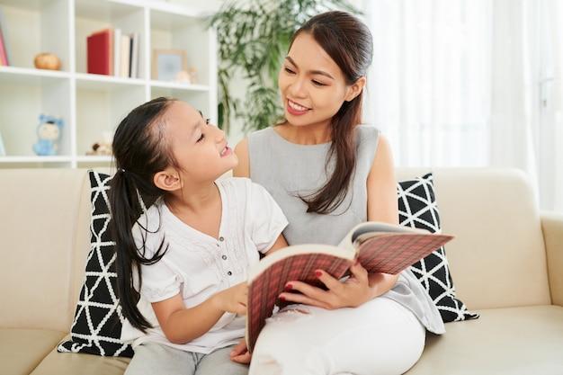 Famiglia che legge un libro a casa