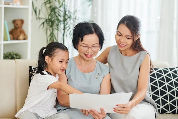 Famiglia che legge una lettere a casa