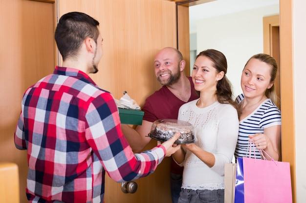 Famiglia che riceve visitatori