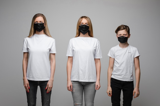 Famiglia in respiratori che dimostra metodi preventivi anti-virus.
