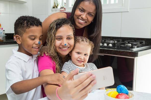 Famiglia riunita facendo videochiamata per augurare buona pasqua.