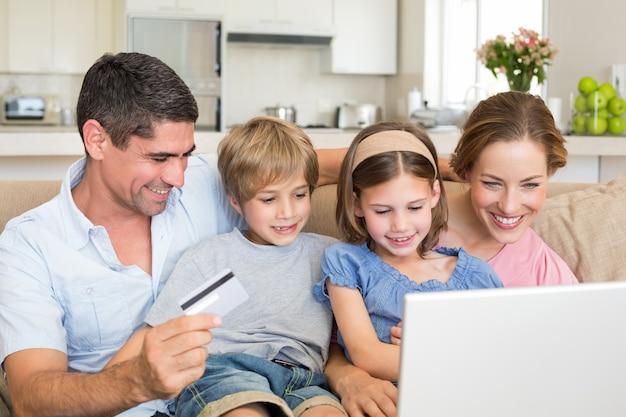 Famiglia che fa acquisti online