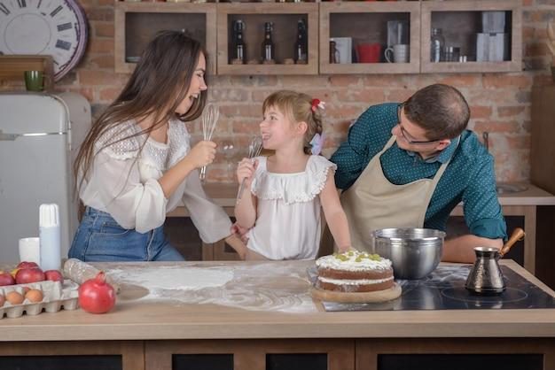 La famiglia canta in cucina