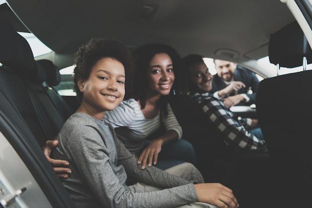 Famiglia sorridente seduto in una macchina