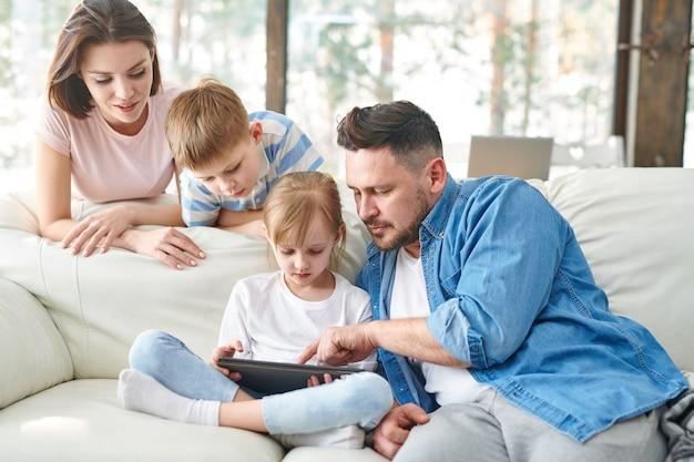 Famiglia sul divano