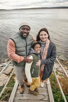 Famiglia che trascorre del tempo nella natura