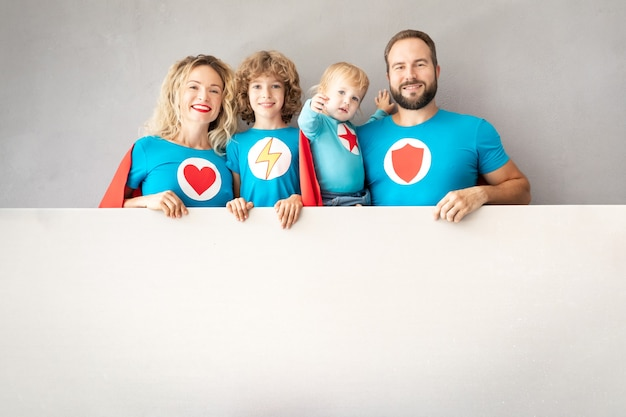 Famiglia di supereroi che giocano in casa