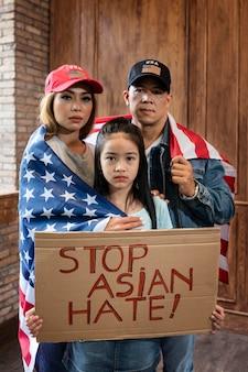 Famiglia che sostiene il tiro medio degli asiatici