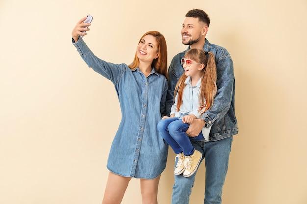 Famiglia che cattura selfie