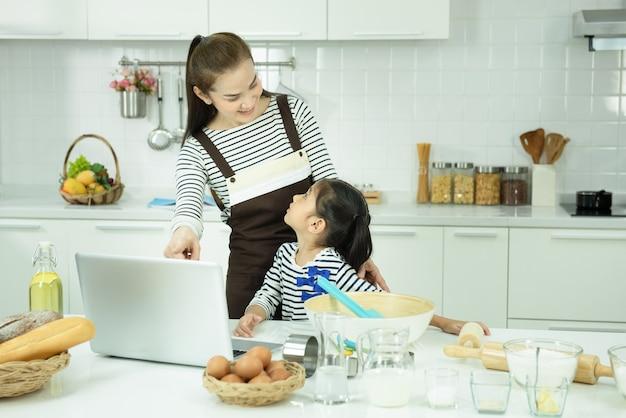 Famiglia e tecnologia per l'istruzione a homeschool concept.