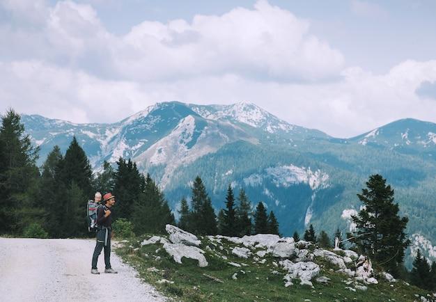 Famiglia in giornata di trekking in montagna travel lifestyle concept velika planina in slovenia