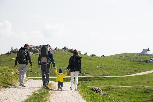 Famiglia in giornata di trekking in montagna travel lifestyle concept